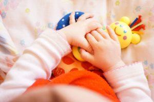 baby-spielt-lernspielzeug