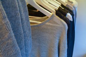 Kleider am Kleiderständer