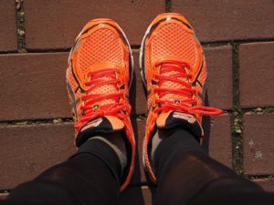 orangene Schuh
