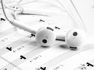 musik-kopfhoerer-im-ohr