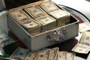 Koffer mit Geld für Kredit