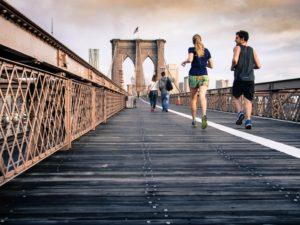 Menschen Joggen auf Brücke