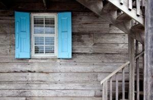 Blaues Fenster an Holzwand