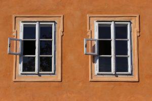 Fenster an brauner Wand
