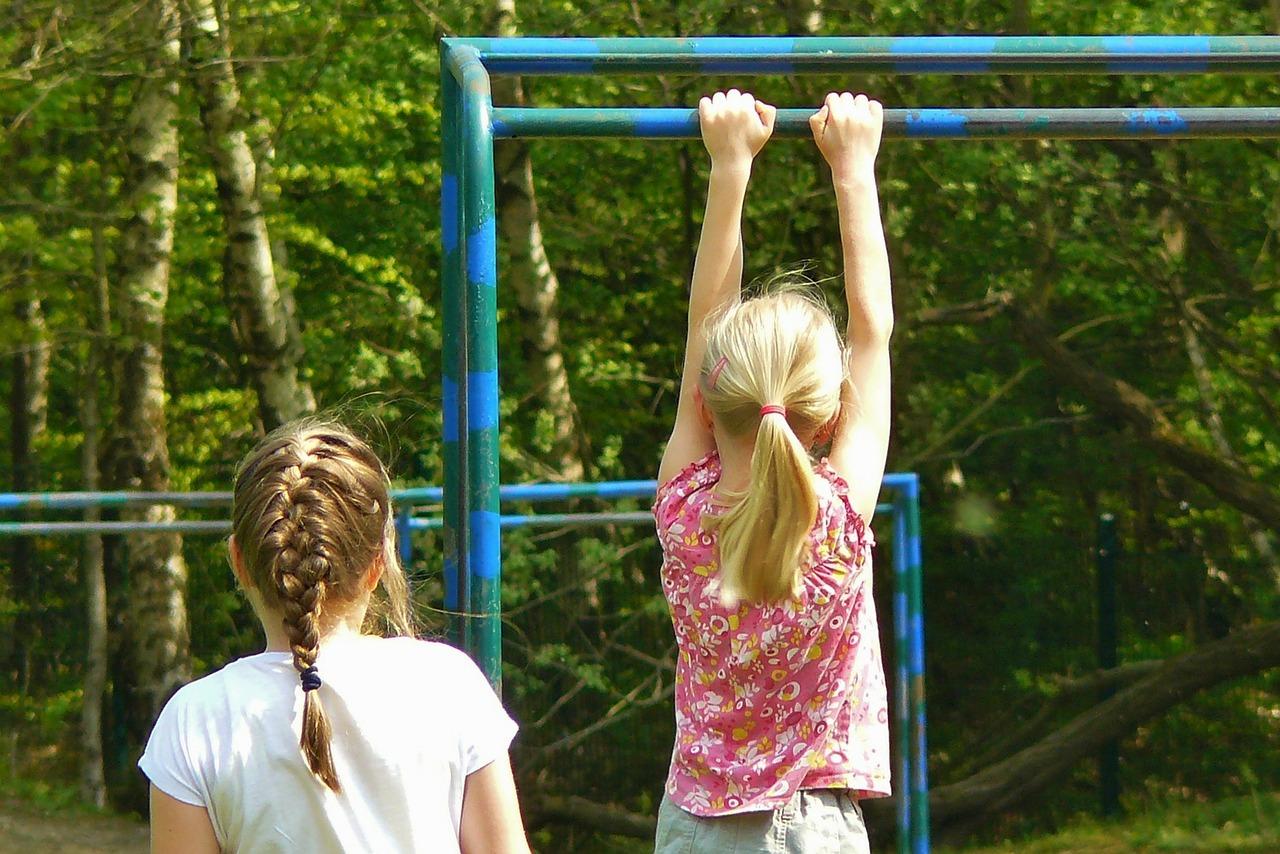 Mädchen an einer Garten Turnstange
