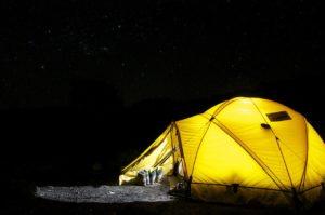 Gelbes Zelt nachts