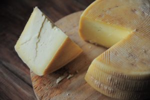 Käse auf einer Platte
