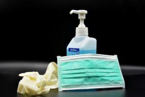 Atemschutzmaske und Desinfektionsmittel