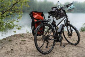 Zwei Fahrräder vor einem See
