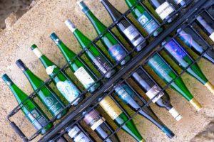 Mehrere Weinflaschen in einem Gefängnis für Glasflaschen