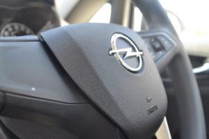 Opelzeichen auf einem Lenkrad
