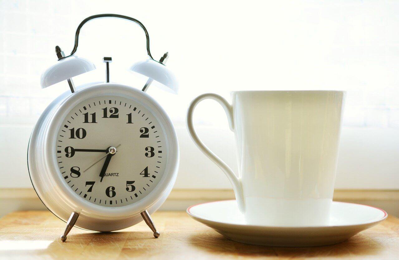 Wecker ohne Strahlung mit Kaffee
