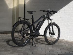 E Bike bis 1.500€ vor einer weißen Wand