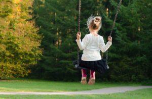 Kind auf einer Outdoor Schaukel