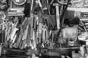 Unordentlicher Tisch, weil man keinen Werkzeugrucksack gekauft hat