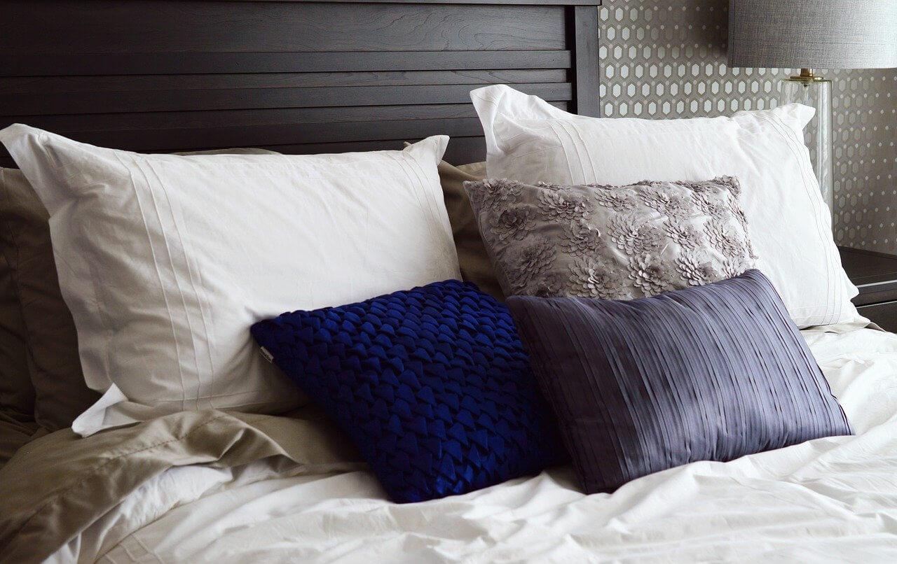 Couch Kissen XXL auf einem Bett