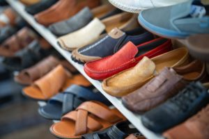 Schuhe in einem Schuhschrank draußen