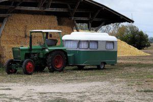 Traktor mit Wohnwagen und einer Antischlingerkupplung