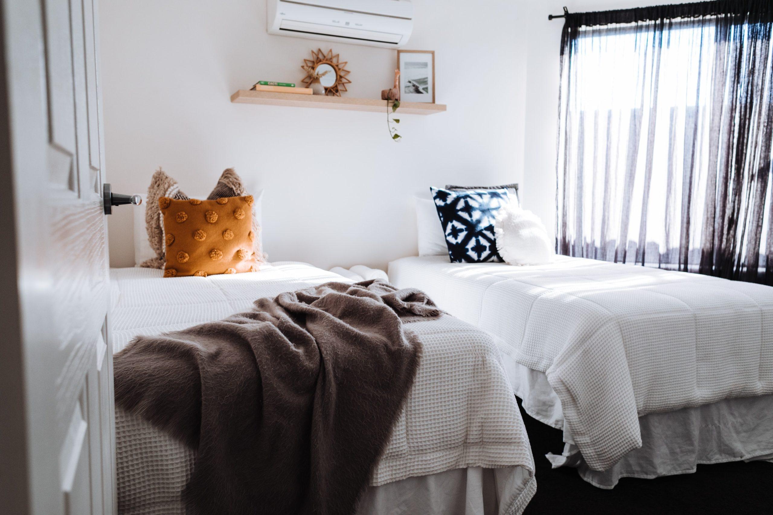 zwei Luftbetten in einem Hotelzimmer